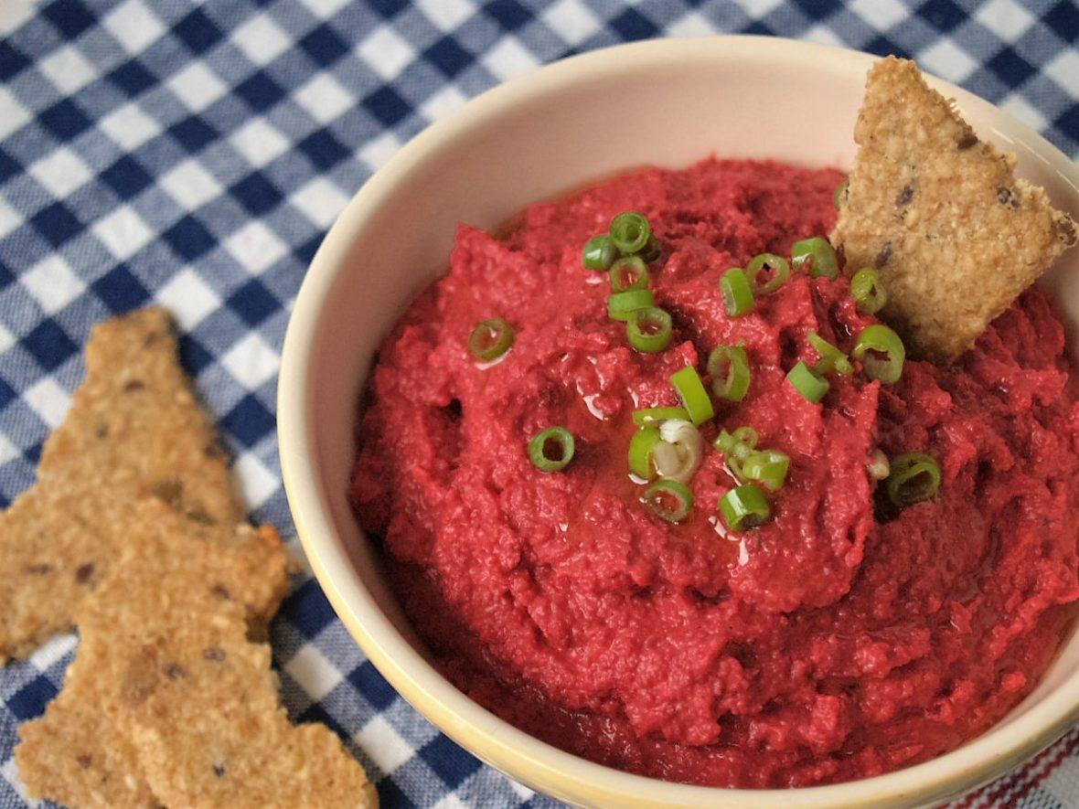 hummus met rode bieten