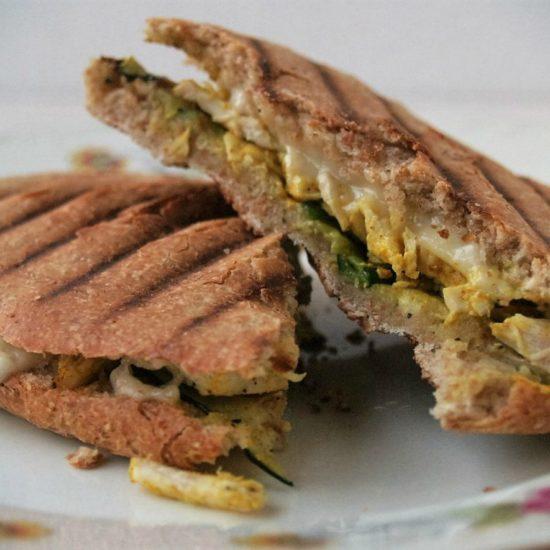 panini broodje met courgette en kip en brie