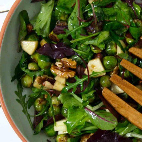 salade met spruitjes, appel en noten