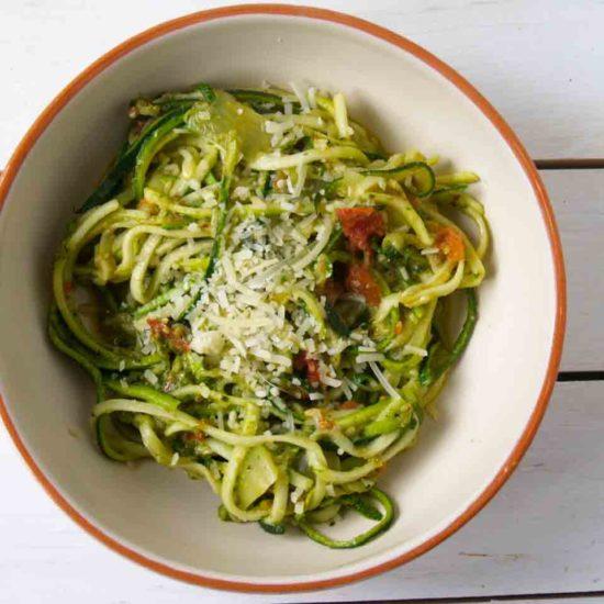 courgetti met pesto en tomaat