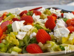 zomerse salade met pasta en fruit