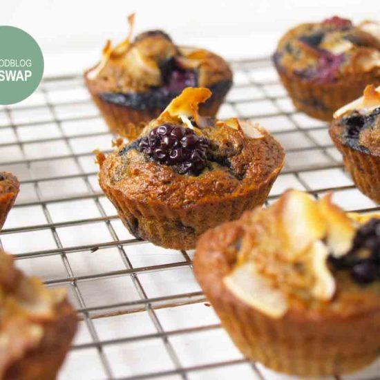 bananenbrood muffin met bramen