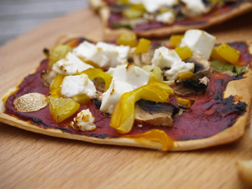 pizza plaattaart met paprika en feta